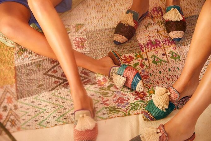 Tassel Tales Slippers von 3 Damen getragen